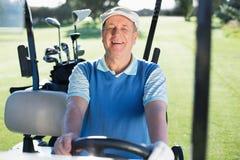 Ευτυχής παίκτης γκολφ που οδηγεί το με λάθη χαμόγελο γκολφ του στη κάμερα Στοκ Εικόνα