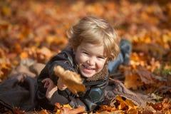 Ευτυχής παιδική ηλικία φθινοπώρου Στοκ εικόνες με δικαίωμα ελεύθερης χρήσης