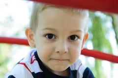ευτυχής παιδική χαρά αγοριών Στοκ Φωτογραφίες