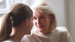 Ευτυχής παλαιά μητέρα που μιλά στην ενήλικη κόρη που μοιράζεται το κουτσομπολιό ειδήσεων φιλμ μικρού μήκους