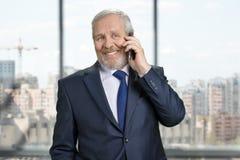 Ευτυχής παλαιός προϊστάμενος που μιλά στο τηλέφωνο Στοκ φωτογραφία με δικαίωμα ελεύθερης χρήσης