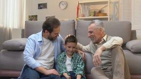 Ευτυχής παππούς που απολαμβάνει το χόμπι με το γιο και τον εγγονό του,  απόθεμα βίντεο