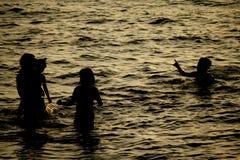 Ευτυχής παραλία οικογενειακού ηλιοβασιλέματος Στοκ Εικόνες