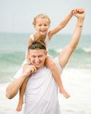 Ευτυχής πατέρας και η μικρή κόρη του στοκ φωτογραφία με δικαίωμα ελεύθερης χρήσης