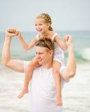 Ευτυχής πατέρας και η μικρή κόρη του στοκ εικόνα