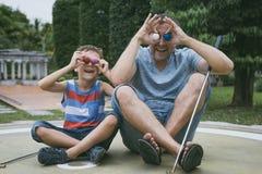 Ευτυχής πατέρας και λίγος γιος που παίζουν το μίνι γκολφ στοκ φωτογραφίες με δικαίωμα ελεύθερης χρήσης
