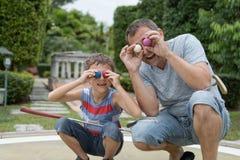 Ευτυχής πατέρας και λίγος γιος που παίζουν το μίνι γκολφ στοκ φωτογραφία με δικαίωμα ελεύθερης χρήσης