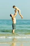 Ευτυχής πατέρας και ο γιος του στη θάλασσα Στοκ εικόνες με δικαίωμα ελεύθερης χρήσης