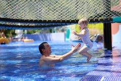 Ευτυχής πατέρας με λίγη κόρη στην πισίνα Στοκ εικόνες με δικαίωμα ελεύθερης χρήσης