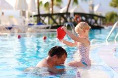 Ευτυχής πατέρας με λίγη κόρη στην πισίνα Στοκ Εικόνα