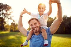 Ευτυχής πατέρας με το γιο στο πάρκο Στοκ Φωτογραφία