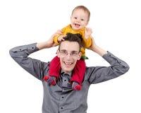 Ευτυχής πατέρας με το γιο του στους ώμους του στοκ φωτογραφία