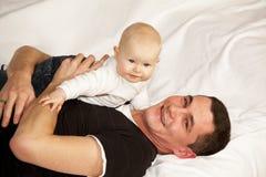 Ευτυχής πατέρας με το κοριτσάκι του Στοκ Εικόνες
