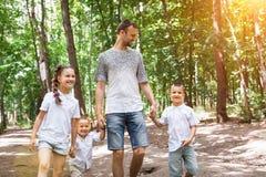 Οικογένεια που περπατά στο δάσος στοκ φωτογραφία
