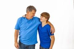 Ευτυχής πατέρας που αγκαλιάζει τον ήλιό του στοκ φωτογραφία με δικαίωμα ελεύθερης χρήσης
