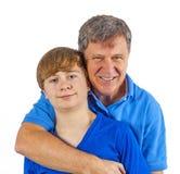 Ευτυχής πατέρας που αγκαλιάζει τον ήλιό του στοκ φωτογραφία