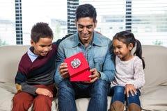 Ευτυχής πατέρας που λαμβάνει ένα δώρο από τα παιδιά του στοκ φωτογραφία με δικαίωμα ελεύθερης χρήσης