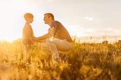 Ευτυχής πατέρας που εκφράζει τη στοργή στο παιδί του Στοκ εικόνες με δικαίωμα ελεύθερης χρήσης