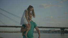 Ευτυχής πατέρας που φέρνει τη χαριτωμένη κόρη του στον ώμο φιλμ μικρού μήκους