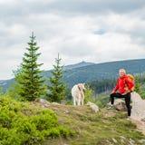 Ευτυχής πεζοπορία γυναικών που περπατά με το σκυλί στα βουνά, Πολωνία Στοκ Εικόνες