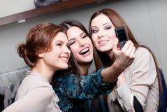 Ευτυχής περίοδος επικοινωνίας φωτογραφιών κοριτσιών μετά από να αγοράσει Στοκ εικόνες με δικαίωμα ελεύθερης χρήσης