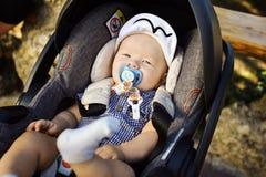 ευτυχής περιπατητής μωρών στοκ εικόνες με δικαίωμα ελεύθερης χρήσης