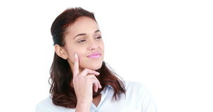 Ευτυχής περιστασιακή γυναίκα που σκέφτεται με το χέρι στο πηγούνι φιλμ μικρού μήκους