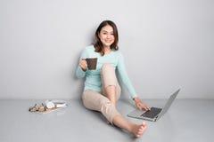 Ευτυχής περιστασιακή όμορφη ασιατική γυναίκα που εργάζεται σε μια συνεδρίαση ο lap-top Στοκ φωτογραφία με δικαίωμα ελεύθερης χρήσης