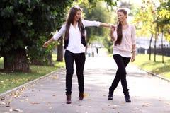 ευτυχής περπατώντας γυν&al Στοκ εικόνα με δικαίωμα ελεύθερης χρήσης