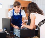 Ευτυχής πελάτης και μηχανικός PC στην εργασία Στοκ εικόνες με δικαίωμα ελεύθερης χρήσης