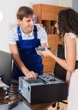 Ευτυχής πελάτης και μηχανικός PC στην εργασία Στοκ Φωτογραφία