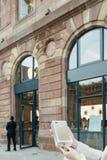 Ευτυχής πελάτης μετά από να αγοράσει το νέο iPhone 7 συν Στοκ Εικόνες