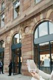 Ευτυχής πελάτης μετά από να αγοράσει το νέο iPhone 7 συν Στοκ εικόνες με δικαίωμα ελεύθερης χρήσης