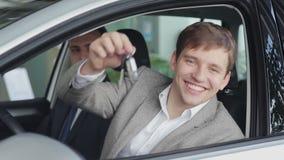 Ευτυχής πελάτης που κρατά τα κλειδιά στο νέο αυτοκίνητό του απόθεμα βίντεο