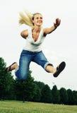ευτυχής πηδώντας γυναίκα Στοκ Φωτογραφία