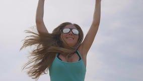 ευτυχής πηδώντας γυναίκ&alpha φιλμ μικρού μήκους
