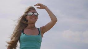 ευτυχής πηδώντας γυναίκ&alpha απόθεμα βίντεο