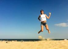 ευτυχής πηδώντας γυναίκα Στοκ Φωτογραφίες