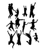 Ευτυχής πηδώντας σκιαγραφία οικογένειας και φίλων δραστηριότητας ελεύθερη απεικόνιση δικαιώματος