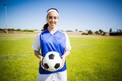 Ευτυχής ποδοσφαιριστής που στέκεται με μια σφαίρα Στοκ Εικόνες