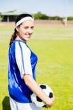 Ευτυχής ποδοσφαιριστής που στέκεται με μια σφαίρα Στοκ Φωτογραφία