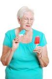 ευτυχής πρεσβύτερος δύο πάγου κρέμας popsicles στοκ εικόνες