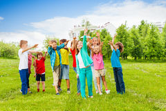 Ευτυχής προσιτότητα παιδιών μετά από το άσπρο παιχνίδι αεροπλάνων Στοκ Φωτογραφίες