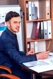 Ευτυχής προϊστάμενος επιχειρησιακών ατόμων στο επιχειρησιακό γραφείο Στοκ Φωτογραφίες