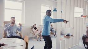 Ευτυχής προώθηση εορτασμού επιχειρηματιών αφροαμερικάνων με τον αστείο περίπατο χορού Επιτυχής προϊστάμενος στο σύγχρονο γραφείο  απόθεμα βίντεο