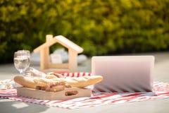 Ευτυχής ρομαντικός εραστής ζευγών που μιλά και κρασί κατανάλωσης ενώ έχοντας ένα πικ-νίκ στο σπίτι στοκ φωτογραφία