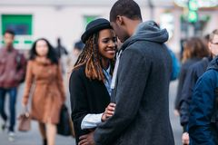 ευτυχής ρομαντικός ζευ&g Χαρούμενος αφροαμερικάνος Στοκ φωτογραφία με δικαίωμα ελεύθερης χρήσης