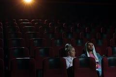 Ευτυχής ρομαντικός κινηματογράφος προσοχής ζευγών στο θέατρο Στοκ φωτογραφίες με δικαίωμα ελεύθερης χρήσης