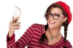 Ευτυχής δροσερή γυναίκα που παίρνει Selfie χρησιμοποιώντας το κινητό τηλέφωνο Στοκ φωτογραφία με δικαίωμα ελεύθερης χρήσης