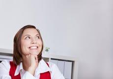 ευτυχής σκεπτόμενη γυναίκα γραφείων στοκ εικόνα με δικαίωμα ελεύθερης χρήσης